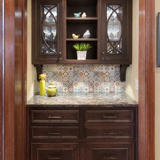 カンザスシティの小さいトラディショナルスタイルのおしゃれなウェット バー (I型、シンクなし、ガラス扉のキャビネット、濃色木目調キャビネット、クオーツストーンカウンター、マルチカラーのキッチンパネル、テラコッタタイルのキッチンパネル、無垢フローリング) の写真