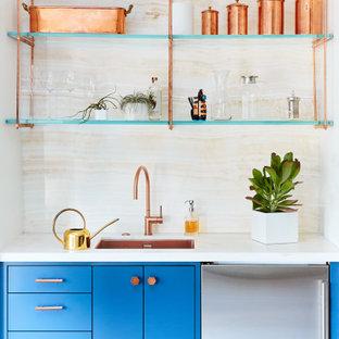 Idee per un piccolo armadio bar minimal con lavello sottopiano, ante lisce, ante blu, paraspruzzi beige, top in onice, paraspruzzi in lastra di pietra e top beige