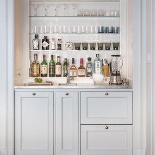 Esempio di un piccolo angolo bar con lavandino tradizionale con parquet scuro, lavello sottopiano, ante in stile shaker, ante bianche e top in acciaio inossidabile