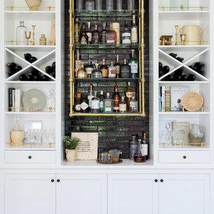 Immagine di un angolo bar stile marino con nessun lavello, nessun'anta, ante bianche, paraspruzzi nero, parquet scuro, pavimento marrone e top bianco