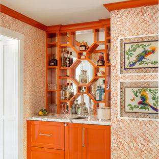 Imagen de bar en casa con fregadero lineal, costero, con fregadero bajoencimera, puertas de armario naranjas, salpicadero con efecto espejo y encimeras blancas