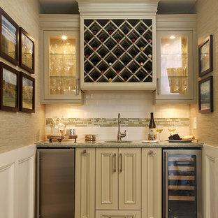 Esempio di un piccolo angolo bar con lavandino chic con lavello sottopiano, ante con riquadro incassato, ante beige, paraspruzzi bianco, paraspruzzi con piastrelle diamantate e parquet scuro