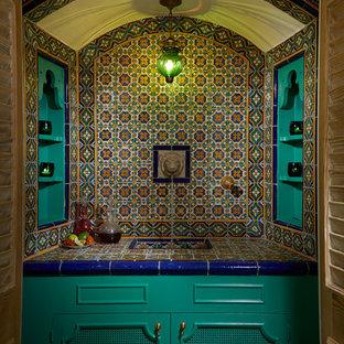 マイアミの地中海スタイルのおしゃれなウェット バー (I型、一体型シンク、フラットパネル扉のキャビネット、緑のキャビネット、タイルカウンター、マルチカラーのキッチンパネル、マルチカラーのキッチンカウンター) の写真