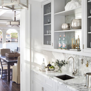 Inspiration för en maritim flerfärgade linjär flerfärgat hemmabar med vask, med en undermonterad diskho, luckor med glaspanel, grå skåp, marmorbänkskiva, stänkskydd i marmor, flerfärgat golv och flerfärgad stänkskydd