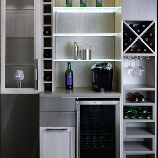 Immagine di un piccolo armadio bar minimalista con nessun lavello, nessun'anta, ante grigie, top in laminato, paraspruzzi grigio e pavimento nero