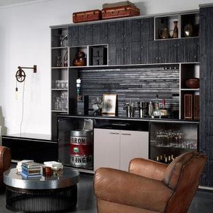 Immagine di un angolo bar industriale con ante lisce, ante grigie, paraspruzzi nero, pavimento nero e top nero