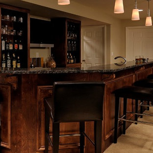 Esempio di un grande bancone bar tradizionale con lavello sottopiano, consolle stile comò, ante in legno bruno, top in granito e moquette