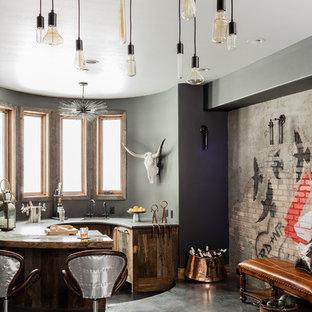 Immagine di un armadio bar bohémian con lavello sottopiano, ante in legno scuro, pavimento in cemento e pavimento grigio