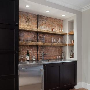 Einzeilige Urige Hausbar mit Bartresen, Schrankfronten im Shaker-Stil, dunklen Holzschränken und dunklem Holzboden in New York
