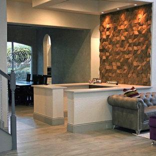 Esempio di un angolo bar design di medie dimensioni con top in quarzo composito, paraspruzzi marrone, paraspruzzi in legno, pavimento in gres porcellanato, pavimento marrone, ante lisce e ante in legno scuro