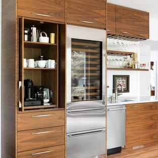 ミネアポリスのミッドセンチュリースタイルのおしゃれなウェット バー (アンダーカウンターシンク、フラットパネル扉のキャビネット、中間色木目調キャビネット、白いキッチンパネル、淡色無垢フローリング、白いキッチンカウンター) の写真
