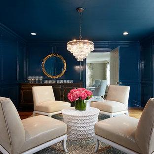 ニューヨークの広いトランジショナルスタイルのおしゃれなホームバー (淡色無垢フローリング、家具調キャビネット) の写真
