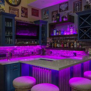 ロサンゼルスの広いエクレクティックスタイルのおしゃれな着席型バー (コの字型、シンクなし、オープンシェルフ、青いキャビネット、珪岩カウンター、赤いキッチンパネル、レンガのキッチンパネル、無垢フローリング、茶色い床) の写真