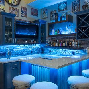 Foto di un piccolo bancone bar stile rurale con nessun lavello, ante in stile shaker, ante blu, top in quarzo composito, paraspruzzi multicolore, paraspruzzi con piastrelle in terracotta, pavimento in gres porcellanato e pavimento marrone