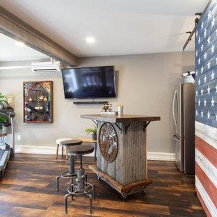 フィラデルフィアの中くらいのトランジショナルスタイルのおしゃれなバーカート (ルーバー扉のキャビネット、ヴィンテージ仕上げキャビネット、木材カウンター、無垢フローリング、茶色い床、茶色いキッチンカウンター) の写真