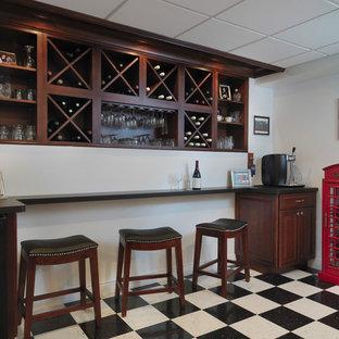 プロビデンスのトラディショナルスタイルのおしゃれな着席型バー (I型、オープンシェルフ、中間色木目調キャビネット、リノリウムの床、マルチカラーの床) の写真