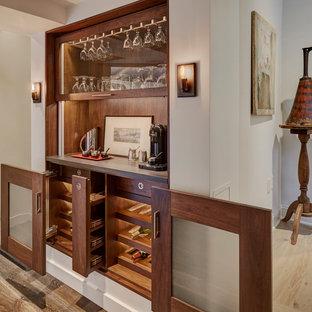 Immagine di un angolo bar classico con ante di vetro, ante in legno scuro, paraspruzzi marrone, paraspruzzi in legno, pavimento in legno massello medio, pavimento marrone e top grigio
