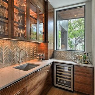 Ispirazione per un grande angolo bar con lavandino minimal con lavello sottopiano, top in quarzo composito, paraspruzzi con piastrelle di metallo, pavimento marrone, ante di vetro, ante in legno scuro e pavimento in legno massello medio