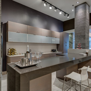 Immagine di un grande bancone bar moderno con top in quarzo composito, ante lisce, ante beige, pavimento in marmo e pavimento grigio