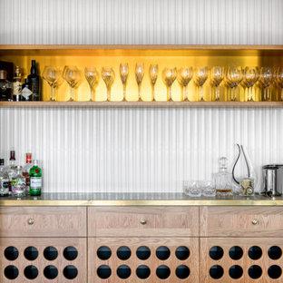 ブリスベンの広いトラディショナルスタイルのおしゃれなドライ バー (I型、シンクなし、淡色木目調キャビネット、銅製カウンター、白いキッチンパネル、磁器タイルのキッチンパネル、濃色無垢フローリング、茶色い床、黄色いキッチンカウンター) の写真
