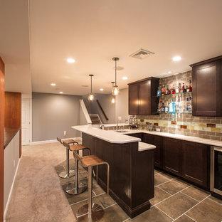 Foto di un piccolo bancone bar moderno con lavello sottopiano, ante in stile shaker, ante in legno bruno, top in laminato, paraspruzzi marrone, paraspruzzi con piastrelle in ceramica, pavimento in ardesia e pavimento marrone