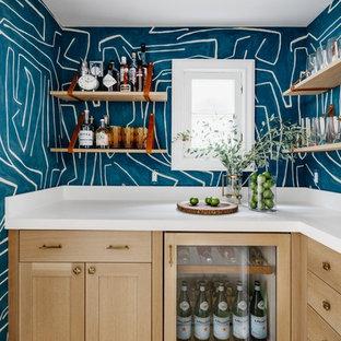 サンフランシスコのトランジショナルスタイルのおしゃれなウェット バー (L型、シェーカースタイル扉のキャビネット、淡色木目調キャビネット、無垢フローリング、ベージュの床、白いキッチンカウンター) の写真
