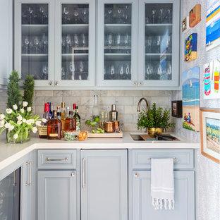 Foto di un armadio bar tradizionale con lavello sottopiano, ante con riquadro incassato, ante grigie, paraspruzzi beige, pavimento con piastrelle in ceramica, pavimento beige e top beige