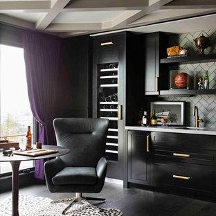 Idee per un angolo bar con lavandino tradizionale di medie dimensioni con lavello integrato, ante lisce, ante nere, top in quarzite, paraspruzzi grigio, paraspruzzi con piastrelle di vetro, pavimento in legno verniciato, pavimento nero e top grigio