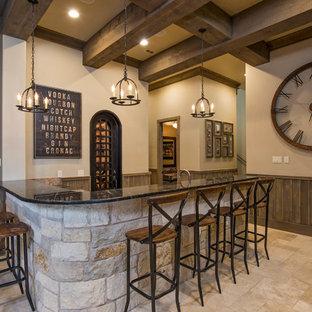Ispirazione per un bancone bar rustico con pavimento in travertino e pavimento beige