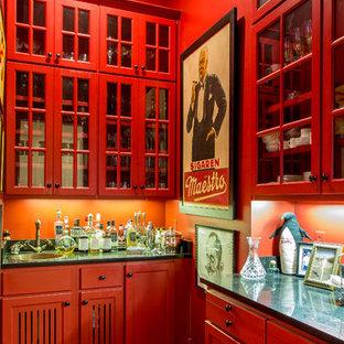 Ispirazione per un armadio bar classico con lavello da incasso, ante di vetro, ante rosse, paraspruzzi rosso e parquet scuro