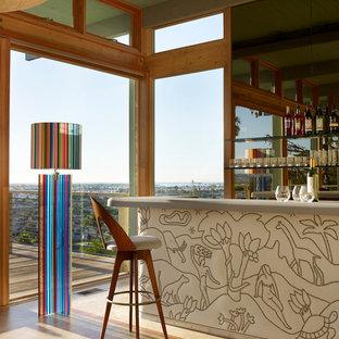 Ejemplo de bar en casa con barra de bar lineal, retro, con fregadero bajoencimera, armarios abiertos, encimera de acrílico, suelo de madera clara, suelo beige y salpicadero con efecto espejo