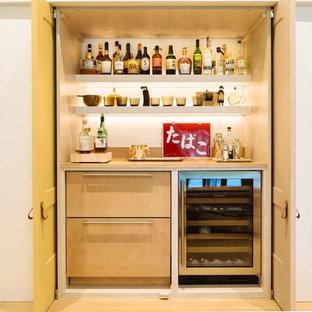 Immagine di un piccolo angolo bar con lavandino contemporaneo con nessun lavello, ante lisce, ante in legno chiaro, top in legno e parquet chiaro