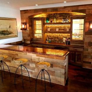 Esempio di un bancone bar rustico di medie dimensioni con lavello da incasso, ante in stile shaker, ante con finitura invecchiata, top in rame, paraspruzzi marrone, paraspruzzi in legno, parquet scuro e pavimento marrone