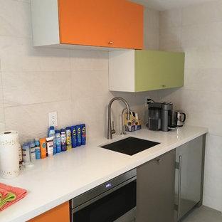 マイアミの中くらいのコンテンポラリースタイルのおしゃれなウェット バー (I型、アンダーカウンターシンク、フラットパネル扉のキャビネット、オレンジのキャビネット、クオーツストーンカウンター、白いキッチンパネル、セラミックタイルのキッチンパネル、磁器タイルの床、白いキッチンカウンター) の写真