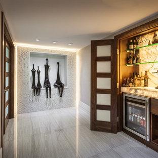 マイアミの小さいコンテンポラリースタイルのおしゃれなホームバー (I型、フラットパネル扉のキャビネット、濃色木目調キャビネット、白いキッチンパネル、石スラブのキッチンパネル) の写真