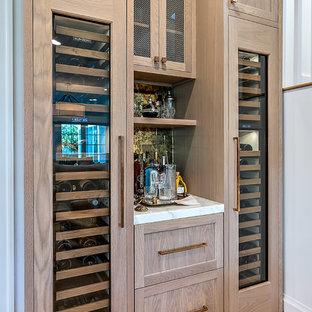 Inspiration för små klassiska linjära vitt hemmabarer, med luckor med profilerade fronter, skåp i mellenmörkt trä, spegel som stänkskydd, mellanmörkt trägolv och brunt golv