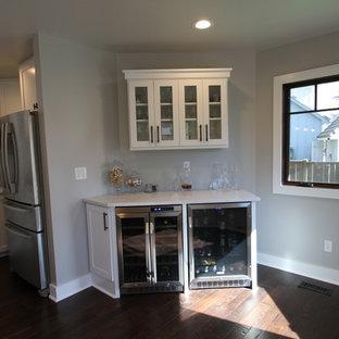 Immagine di un piccolo armadio bar tradizionale con ante bianche, top in marmo, parquet scuro, pavimento marrone, nessun lavello e ante di vetro