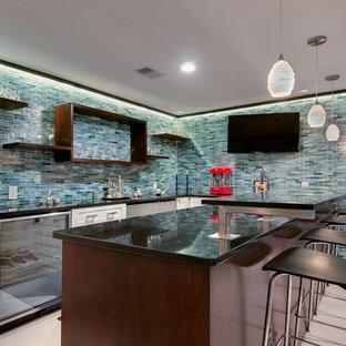 Foto di un grande bancone bar minimal con pavimento in gres porcellanato, ante in stile shaker, ante bianche, paraspruzzi blu e paraspruzzi con piastrelle a listelli