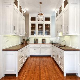 サンフランシスコの巨大なトランジショナルスタイルのおしゃれなウェットバー (アンダーカウンターシンク、シェーカースタイル扉のキャビネット、白いキャビネット、木材カウンター、白いキッチンパネル、無垢フローリング、木材のキッチンパネル、茶色い床) の写真