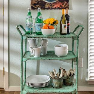 ダラスの小さいトランジショナルスタイルのおしゃれなバーカート (I型、オープンシェルフ、無垢フローリング、茶色い床、緑のキャビネット) の写真