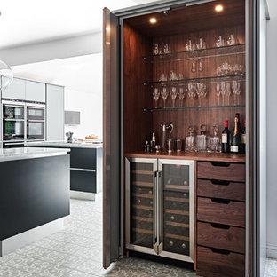 Idee per un grande angolo bar contemporaneo con nessun'anta, ante in legno bruno, top in legno, pavimento con piastrelle in ceramica e top marrone
