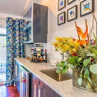 Foto di un armadio bar design di medie dimensioni con lavello sottopiano, ante lisce, ante grigie, top alla veneziana, paraspruzzi bianco, paraspruzzi in gres porcellanato, parquet scuro e pavimento marrone