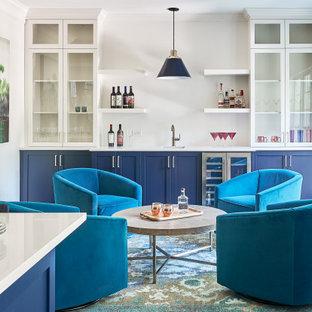 シャーロットの広いトランジショナルスタイルのおしゃれなホームバー (L型、アンダーカウンターシンク、落し込みパネル扉のキャビネット、クオーツストーンカウンター、無垢フローリング、茶色い床、黄色いキッチンカウンター) の写真