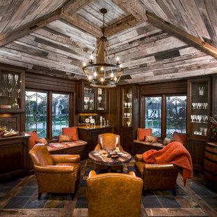 Ejemplo de bar en casa con barra de bar ecléctico, grande, con encimera de cobre, puertas de armario de madera en tonos medios y armarios tipo vitrina