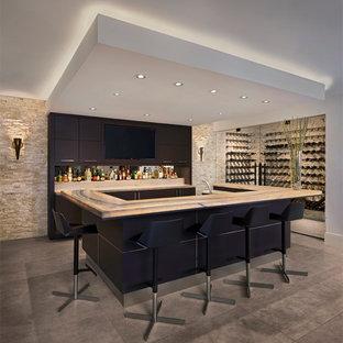 Ispirazione per un grande bancone bar contemporaneo con ante lisce, ante marroni, top in granito, paraspruzzi beige, paraspruzzi in lastra di pietra, pavimento in cemento e pavimento grigio