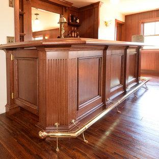 Immagine di un angolo bar vittoriano di medie dimensioni con consolle stile comò, ante rosse, top in legno, paraspruzzi in legno, parquet scuro, pavimento giallo e top rosso