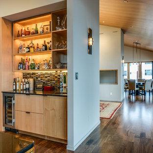 シアトルの小さいモダンスタイルのおしゃれなウェット バー (I型、アンダーカウンターシンク、フラットパネル扉のキャビネット、淡色木目調キャビネット、マルチカラーのキッチンパネル、セラミックタイルのキッチンパネル、濃色無垢フローリング) の写真