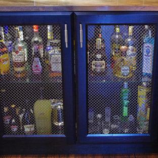 Esempio di un angolo bar con lavandino tradizionale di medie dimensioni con lavello sottopiano, ante con riquadro incassato, ante in legno bruno, top in granito, paraspruzzi beige e pavimento in vinile