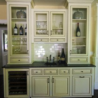 Esempio di un angolo bar con lavandino chic di medie dimensioni con lavello sottopiano, ante con bugna sagomata, ante bianche, top in superficie solida, paraspruzzi bianco e paraspruzzi con piastrelle diamantate