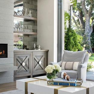 サンフランシスコの広いトランジショナルスタイルのおしゃれなウェット バー (I型、家具調キャビネット、濃色木目調キャビネット、木材カウンター、ミラータイルのキッチンパネル、濃色無垢フローリング) の写真